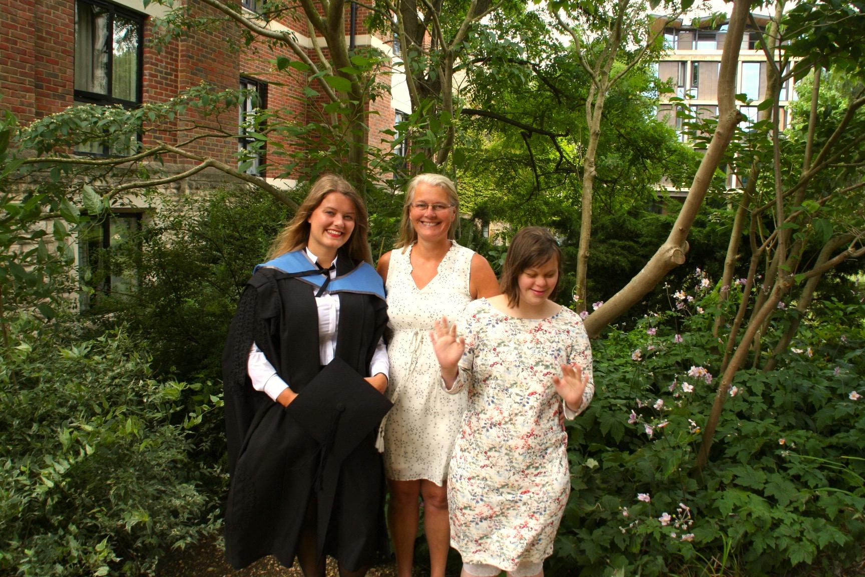 Hvis du er så heldig å ha familie som støtter deg under studiene, inviter dem på graduation! Her på St. Antony's College Oxford med mor og søster. Foto: Privat