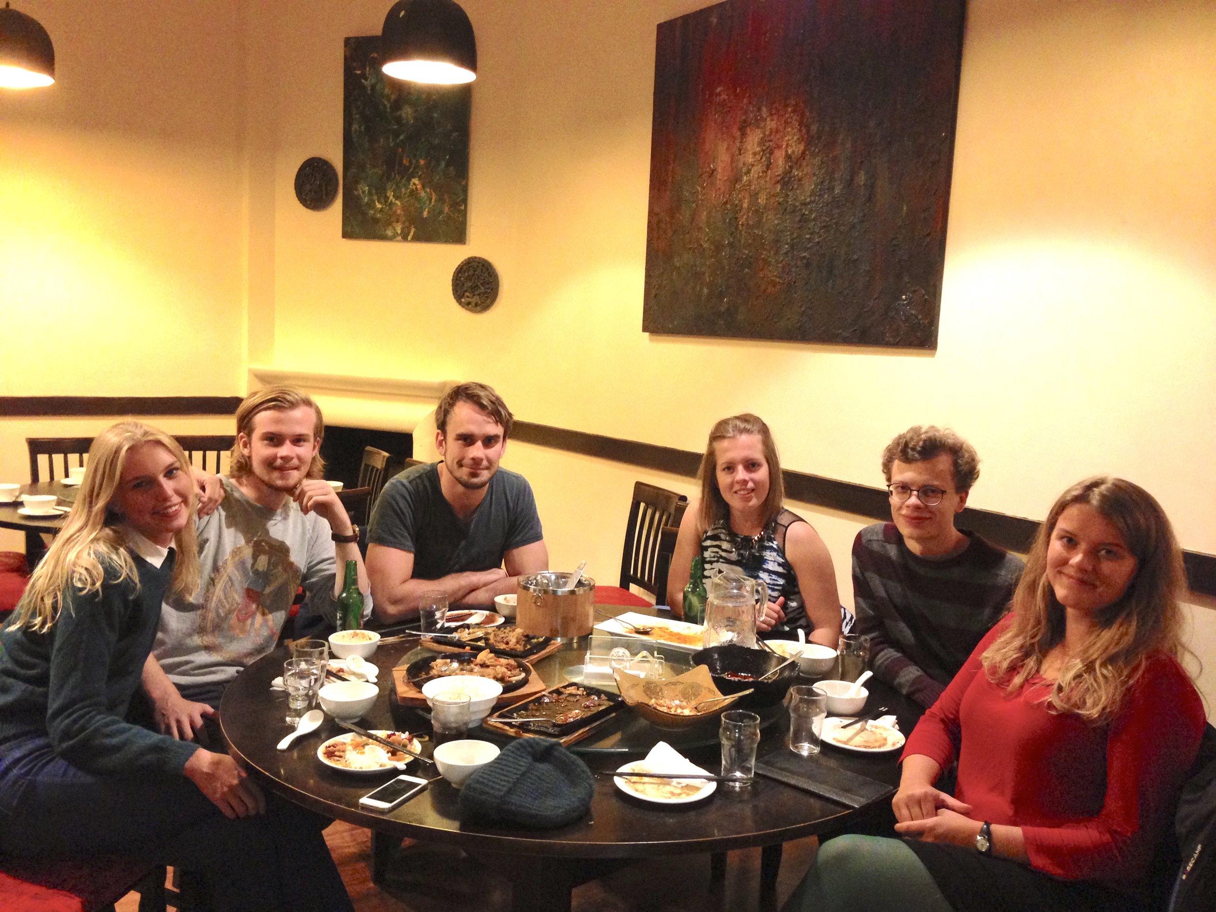 Martine på kinesisk restaurant med andre Aker Scholars i Oxford: Sarah Ustvedt, Jonas Heen Haeg, Vidar Skretting, Brita Bergland og Henrik Røising. Foto: Privat