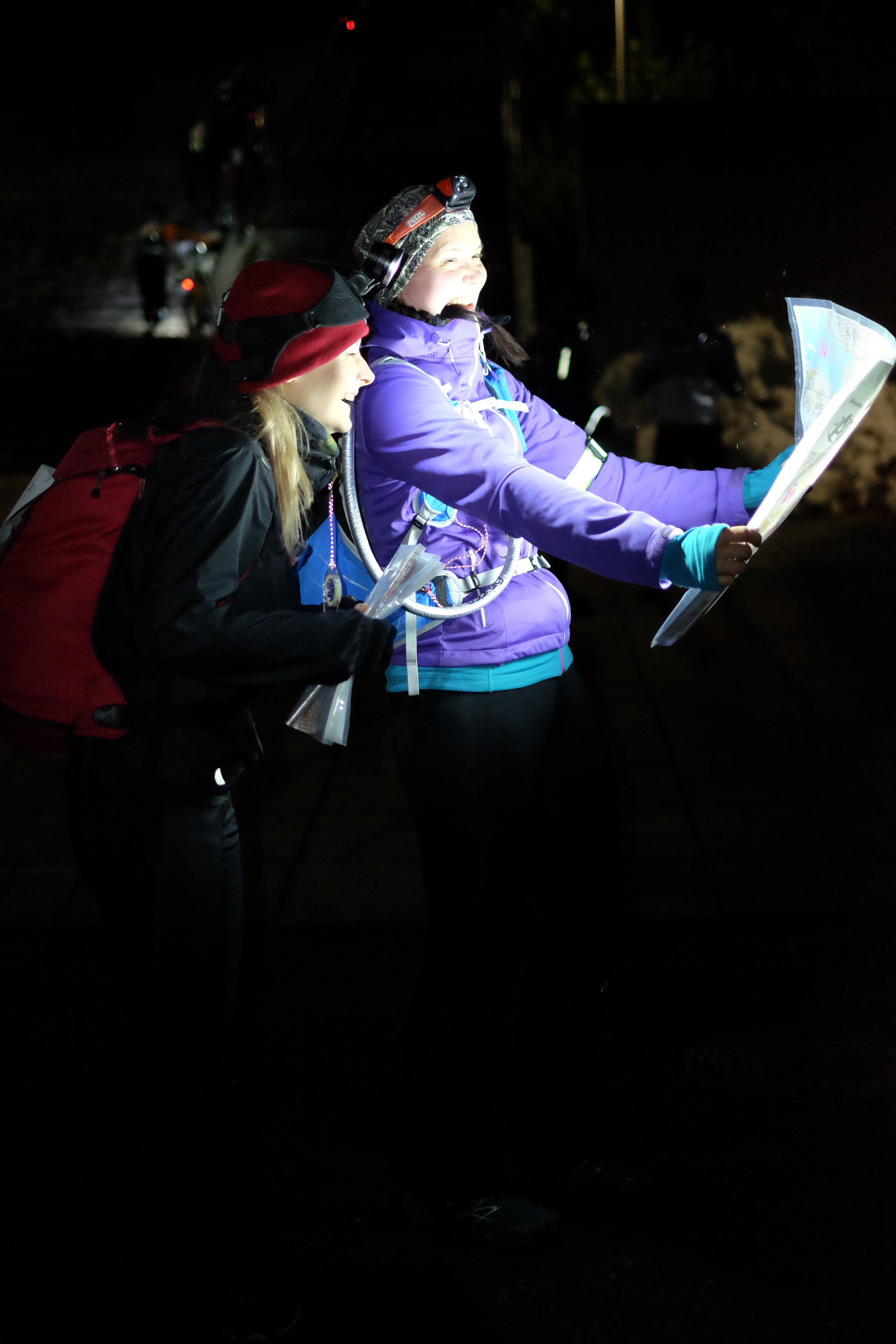 Kaisa & Johanna trying to adjust the headlamps for map reading before the start