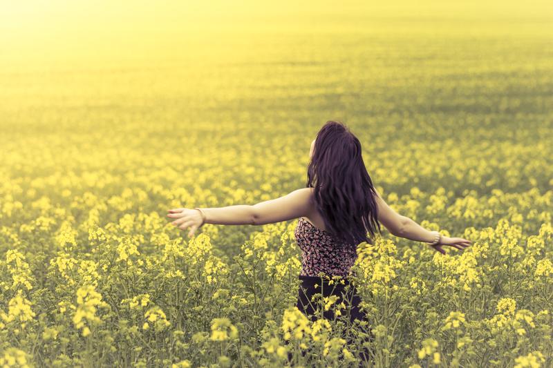 dreamstime_s_yellowfieldwoman.jpg
