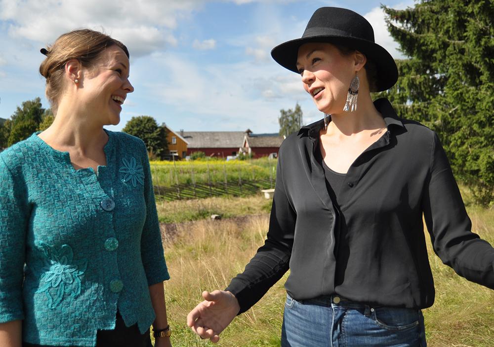 Behagelig:  Kari Lise Høgseth og Christine Lingaas søker en avslappet fremførelse på hver sitt vis.