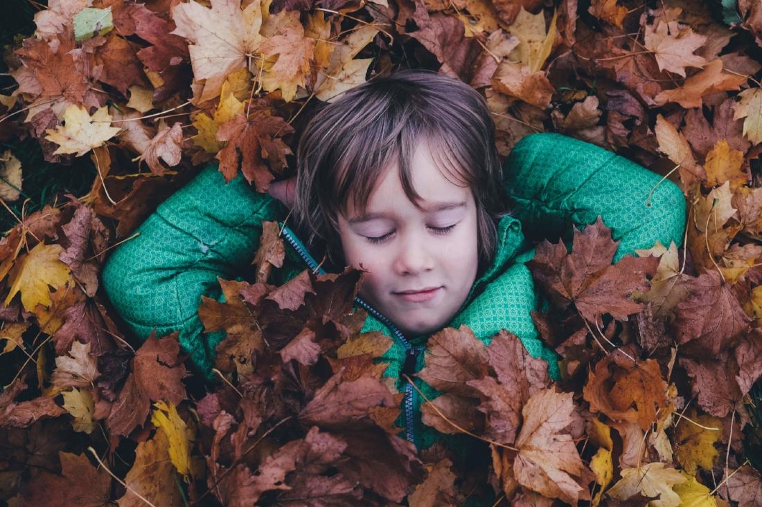 Stillhet:  Holistisk pedagogikk bruker ofte naturen som klasserom. Barna lærer å meditere. (Foto: Annie Spratt)