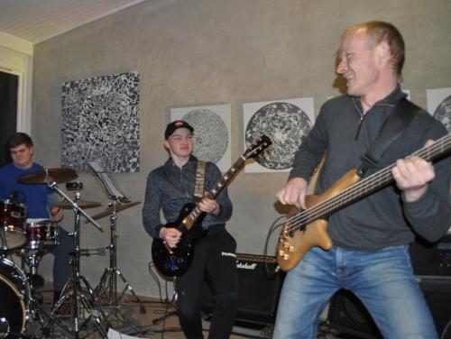 Samspill : Gitarist Robin Sollien har tydelig arvet spillegleden etter sin far, bassist Frode Sollien. Foreldregenerasjonen i Bos Taurus synes det er stas å ha med ungdommen i bandet. På trommer, Ole-Johan Amundsen.