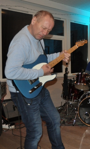 Lidenskap:  Gitarist og vokalist Isak Bråthen, gleder seg til å spille for og sammen med andre musikkentusiaster.