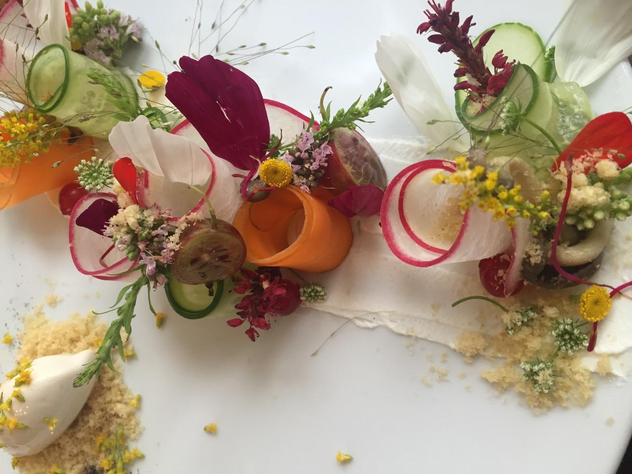 BLÜTEN ZUM ANBEISSEN - Die volle kulinarische Beglückung sind Blüten!Rauschende Farben, betörender Duft und der Geschmack- alles auf einmal: ein Traum!Pelargonien-Plätzchen, geröstete Paprika mit Süßdolden, Gebirgsnelken-Nektarinen-Salat, frittierte Zucchiniblüten, Erdbeersuppe mit Borretschblüten, geschmortes Huhn mit Lavendel. Der glatte Wahnsinn!Und das zusätzlich reizvolle an der Blütenküche ist, dass immer nur auf den Teller kommt, was gerade blüht. Wer kann schon sagen wann genau im heurigen Jahr die Akazien für's Tempura in voller Blüten stehn?