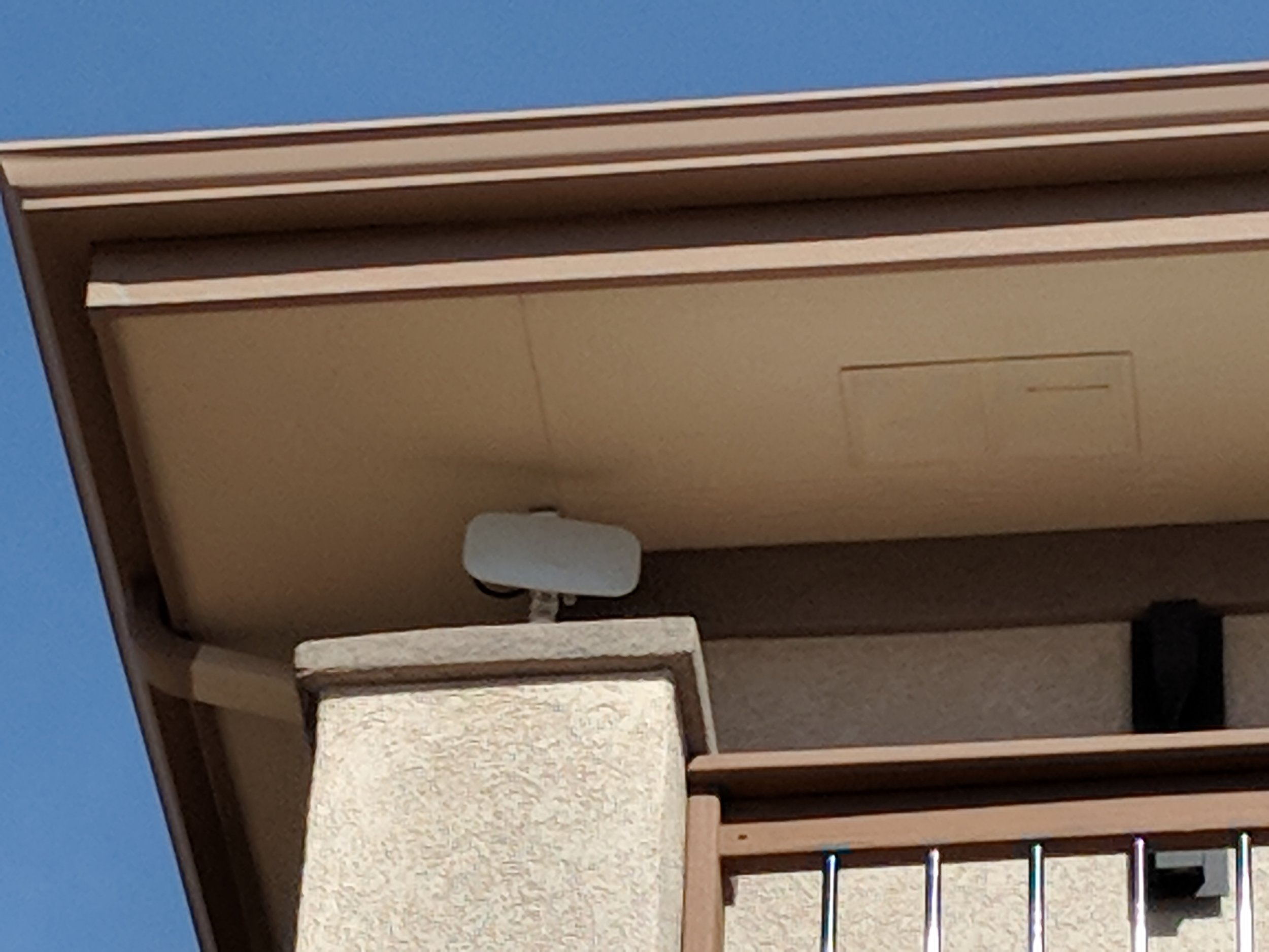 Flat radio mounted under the roofline with a short bar