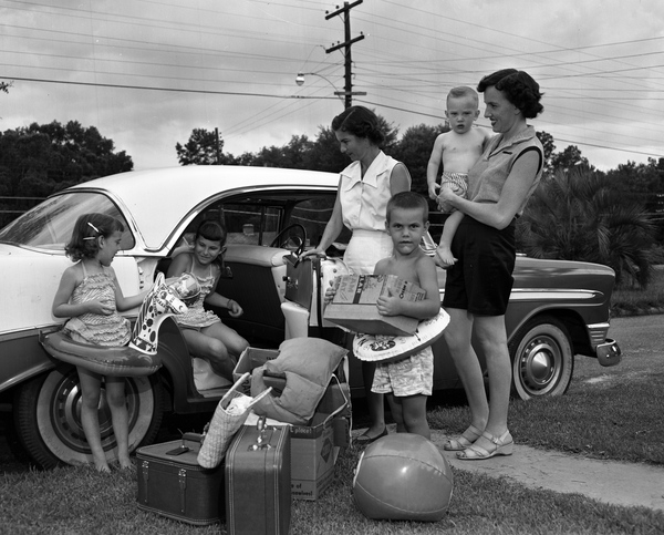 Families preparing for a beach vacation in Tallahassee, Florida.Date: May 27, 1957