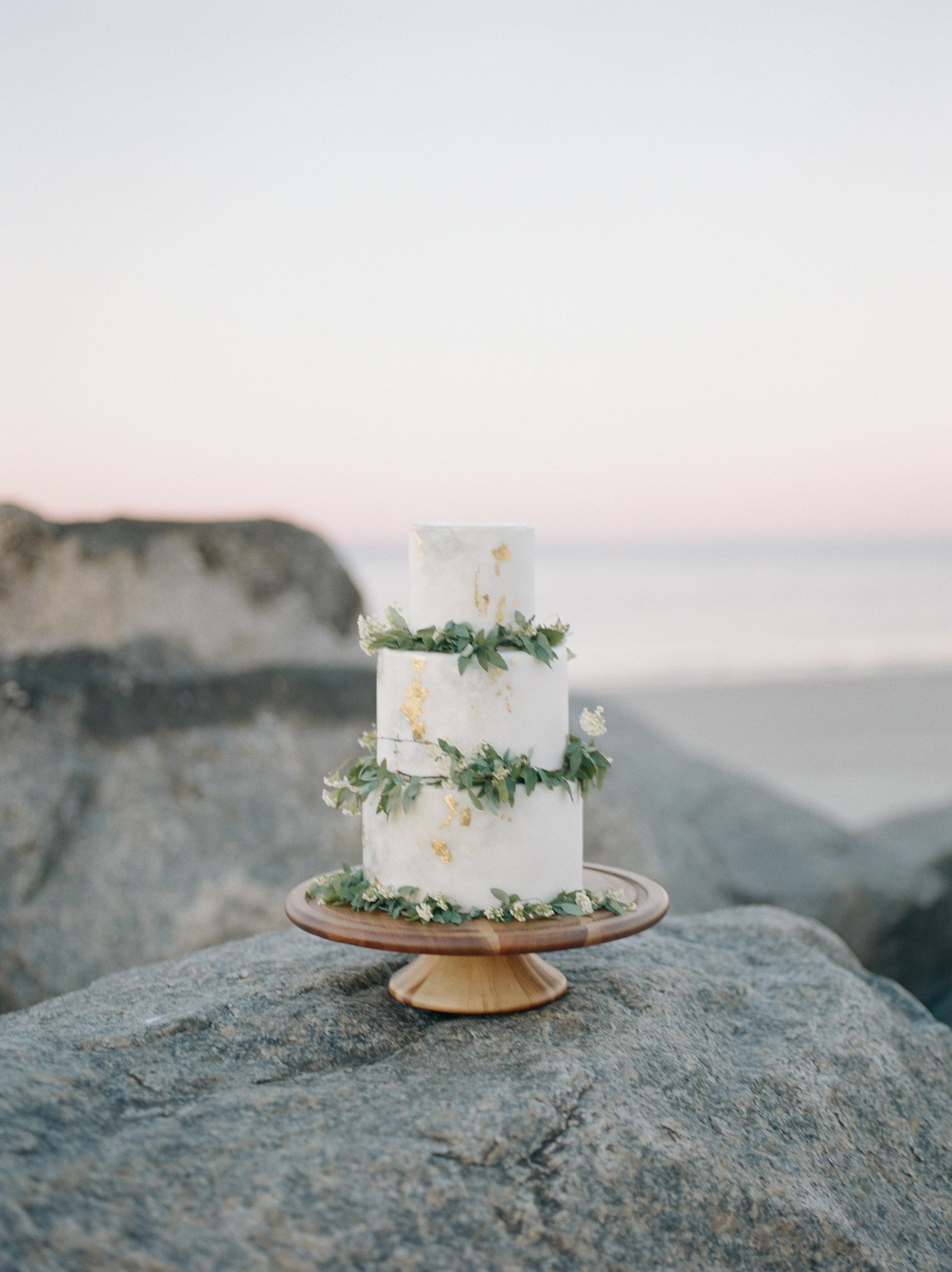 Savannah Wedding Inspiration | Beach Wedding Inspiration | Organic Wedding Cake | White and Gold Wedding Cake | Gold Foil Wedding Cake | Organic Beach Wedding | Lyndi and Jason Photography | Joy Wed