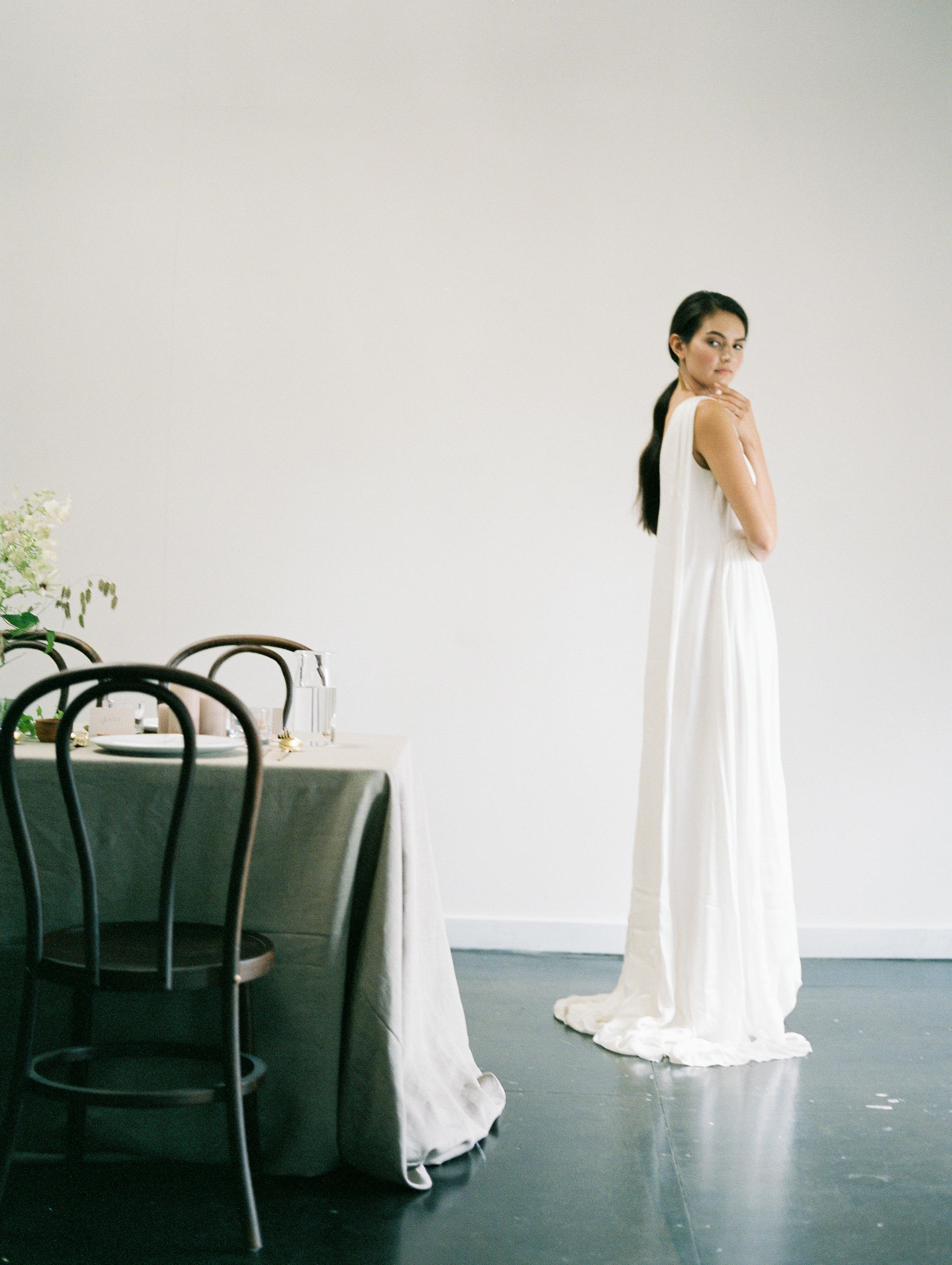 Feminine Bridal Inspiration | Minimalist Bridal | Minimalist Wedding | Natural Wedding | Organic Wedding | Jeremy Chou Photography | Fine Art Wedding | Joy Wed