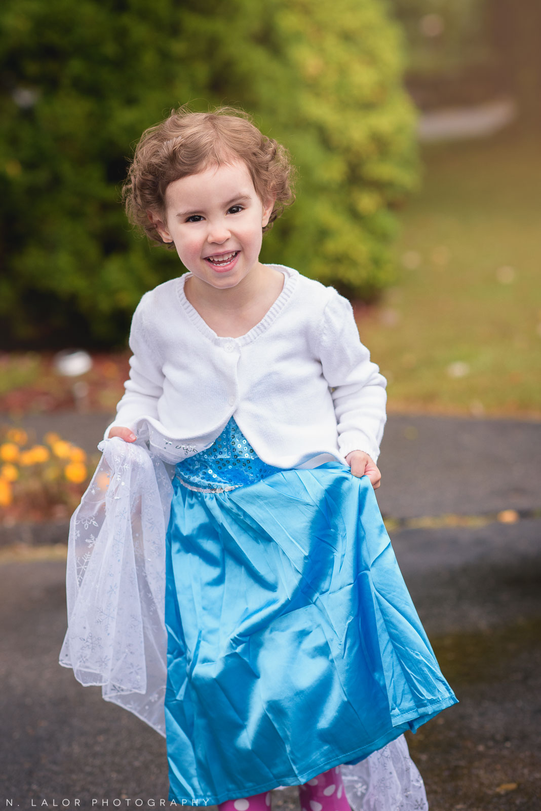 A little Elsa playing outside. Lifestyle mini photo session by N. Lalor Photography.