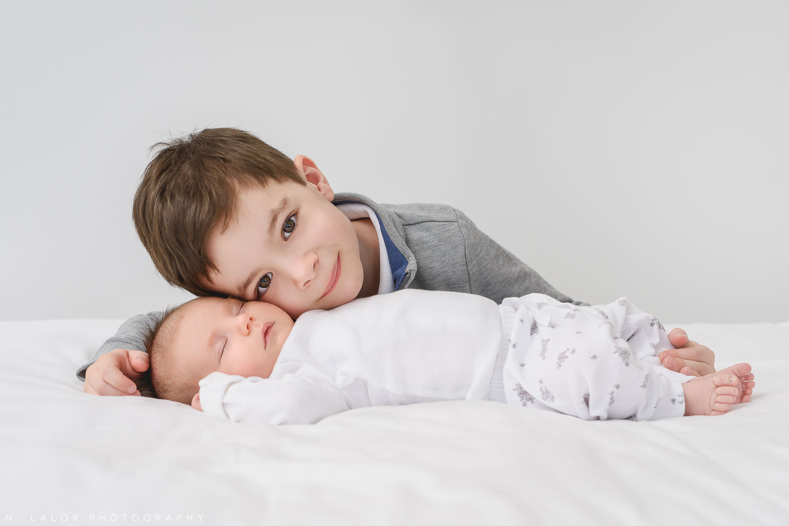 08-brother-newborn-family-photography-session.jpg
