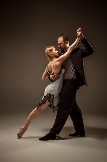 Po podatkih neke študije imajo starejši, ki plešejo tango dvakrat na teden (10 tednov zapored) boljše ravnotežje, boljšo držo in koordinacijo in motoriko v primerjavi s tistimi, ki samo hodijo.(Foto: iStock)