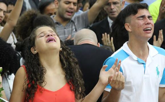Mientras el Espíritu de Dios se movía en los altares, jóvenes y adultos lloraban y expresaban su necesitad de Jesus y su misericordia.