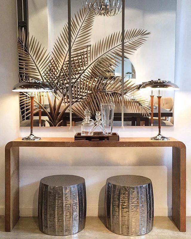 •• consola pergamino bordes curvos [1,60x30x80h] • tríptico palmeras • lámparas artdeco • taburetes alpaca • bandeja espejada • botellones cristal •• #harturorecoleta #harturopalermo