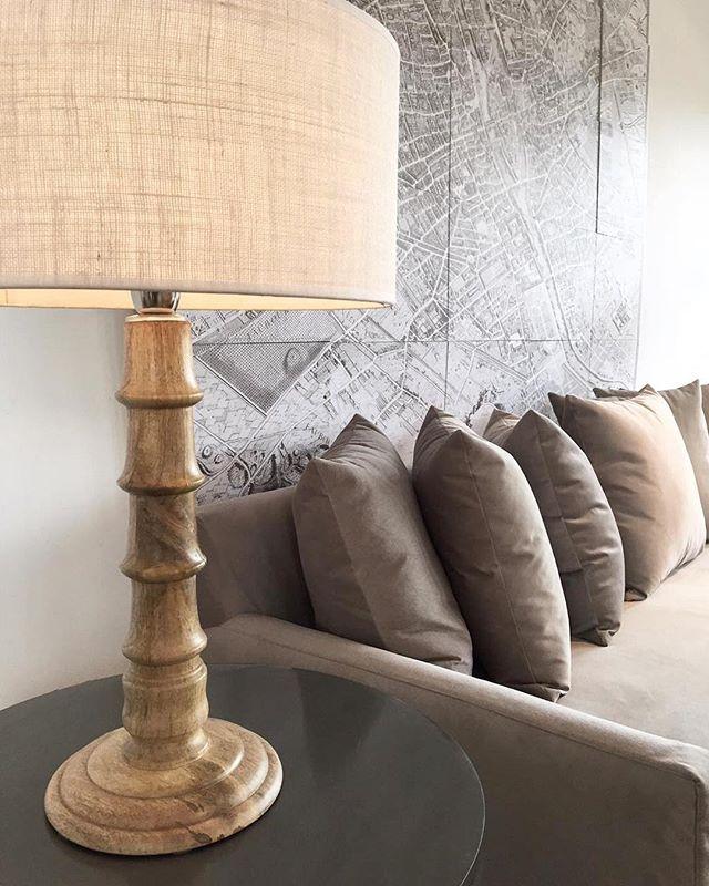 •• sofá pana [2,50l] • cuadro Paris • mesa auxiliar metal • lámpara pie madera ••#harturorecoleta #harturopalermo