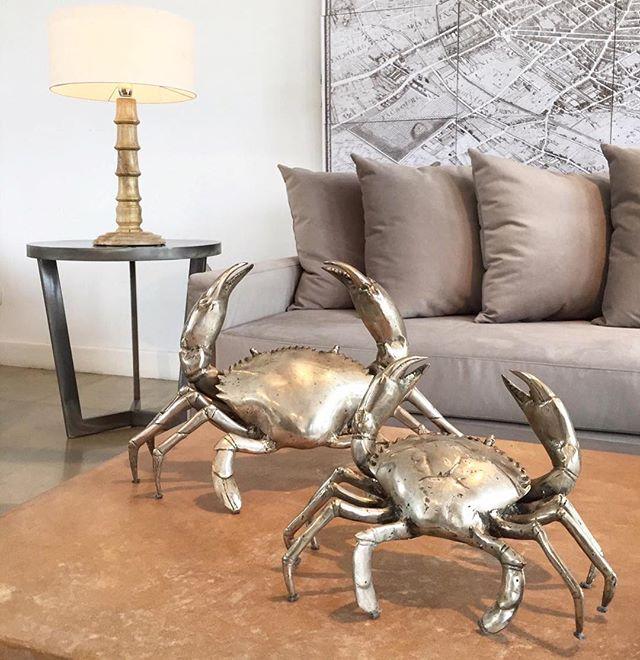•• sofá pana [2,50l] • cuadro paris • mesa metal auxiliar • lámpara pie madera • cangrejos metal ••#harturorecoleta #harturopalermo