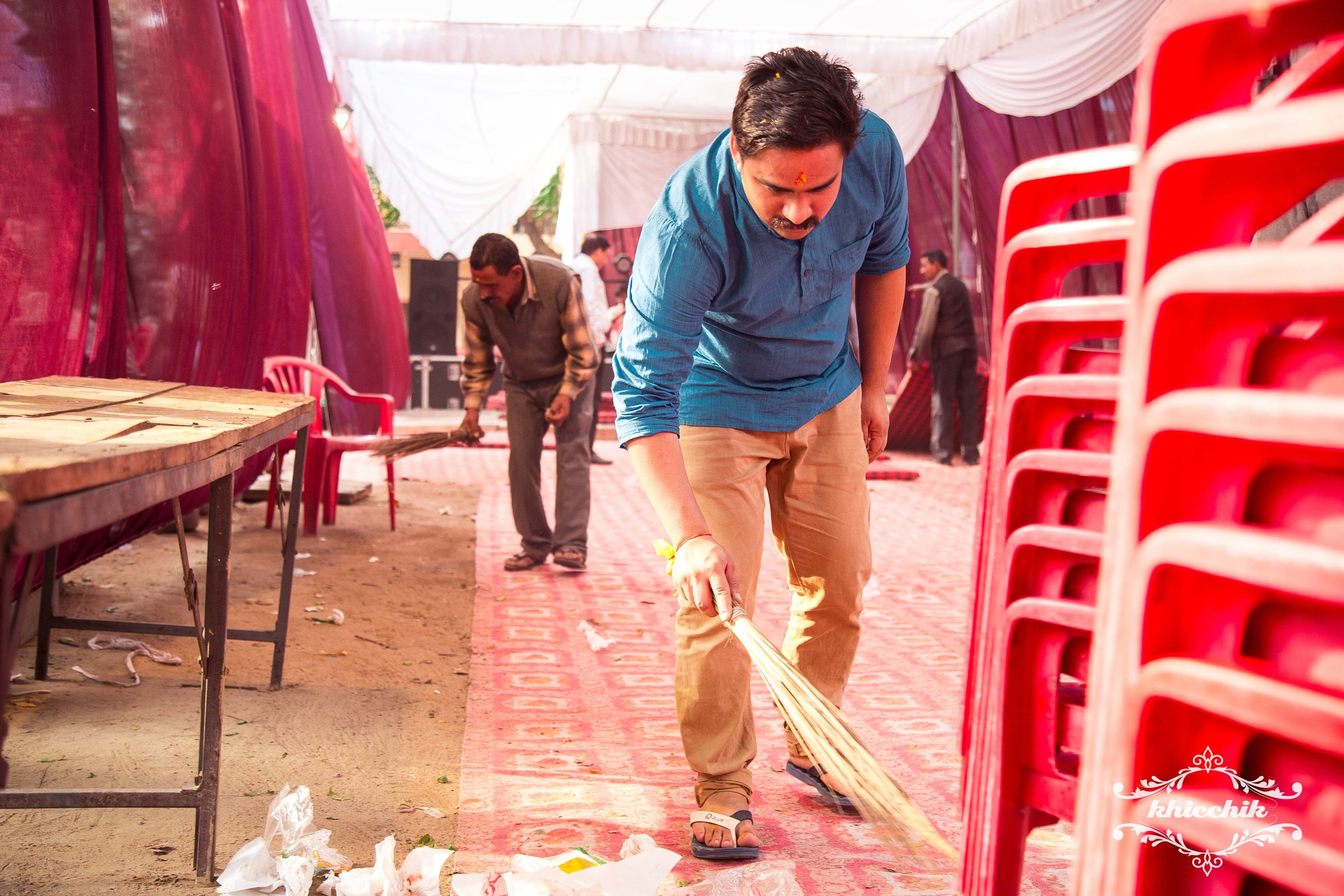 A groom that brooms at his own wedding is uber cool.
