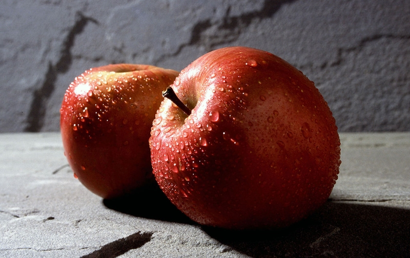 1024px-Fuji_apple-2.jpg