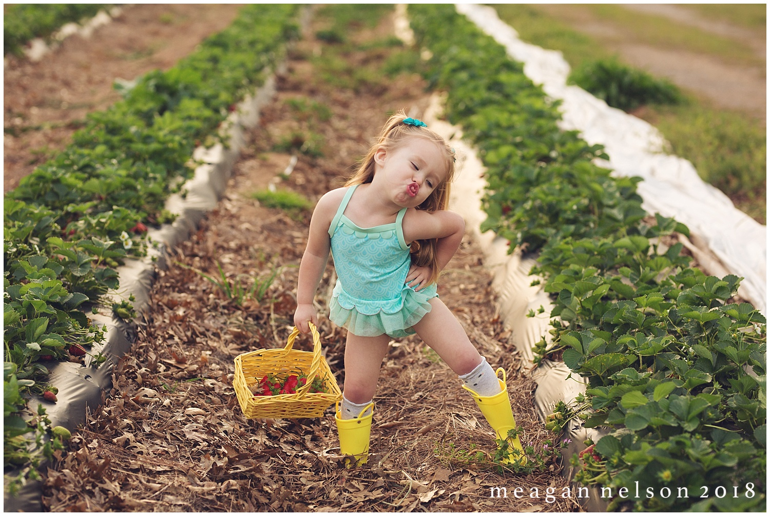 strawberry_patch_session_fort_worth_photographer07.jpg