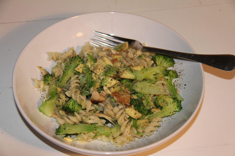 Pasta with chicken, broccoli & avocado
