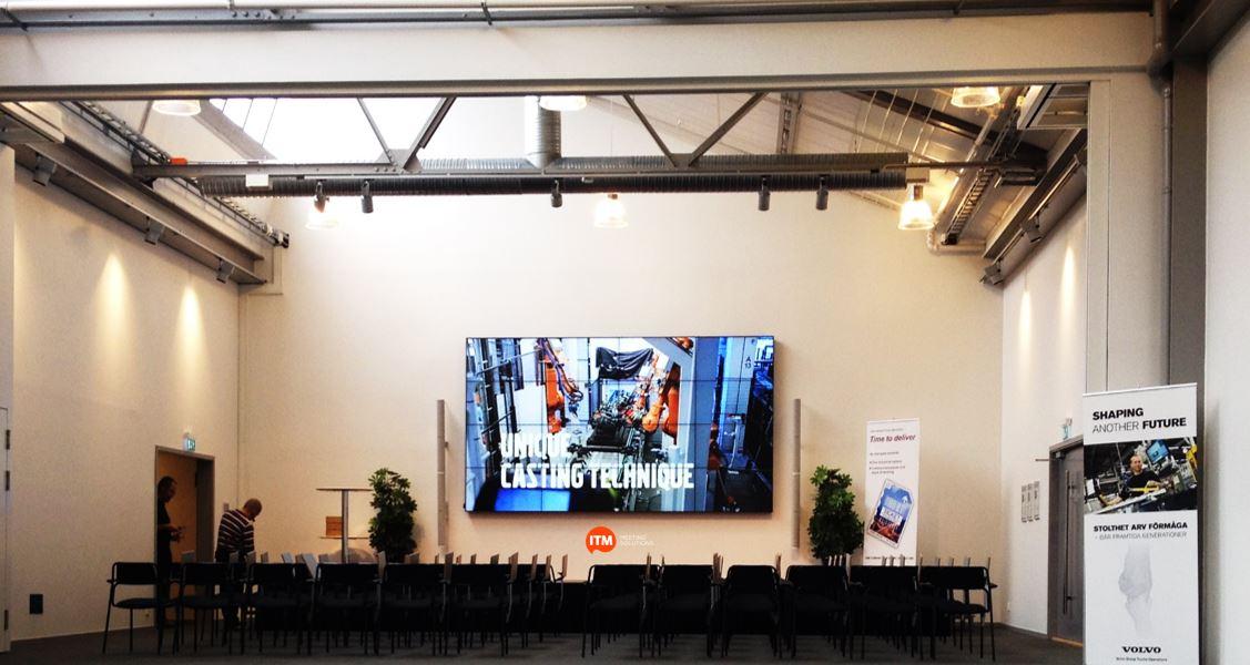Hörsal med skärmvägg. 4 x 4 skärmar med hög ljusstyrka ger en imponerande bild. Spel- och talljud via Bose.