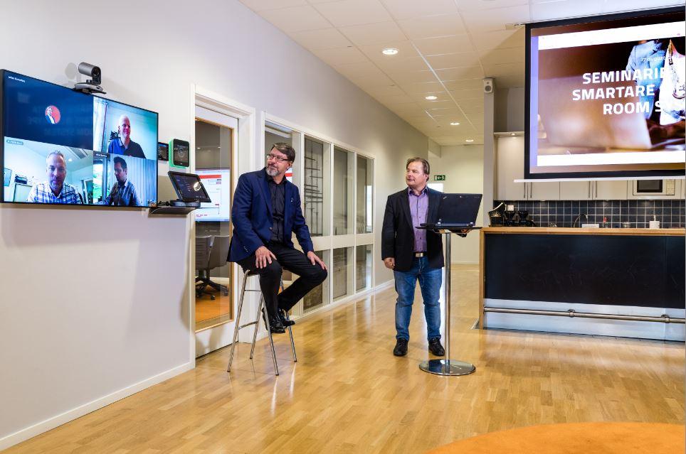 SRS Lounge:  Inkommande parter visas på en bildskärm och datadelningen visas på filmduk. Två eller flera mikrofoner för bra ljud kopplat till en ljudmixer.Takhögtalare monterade i innertaket.