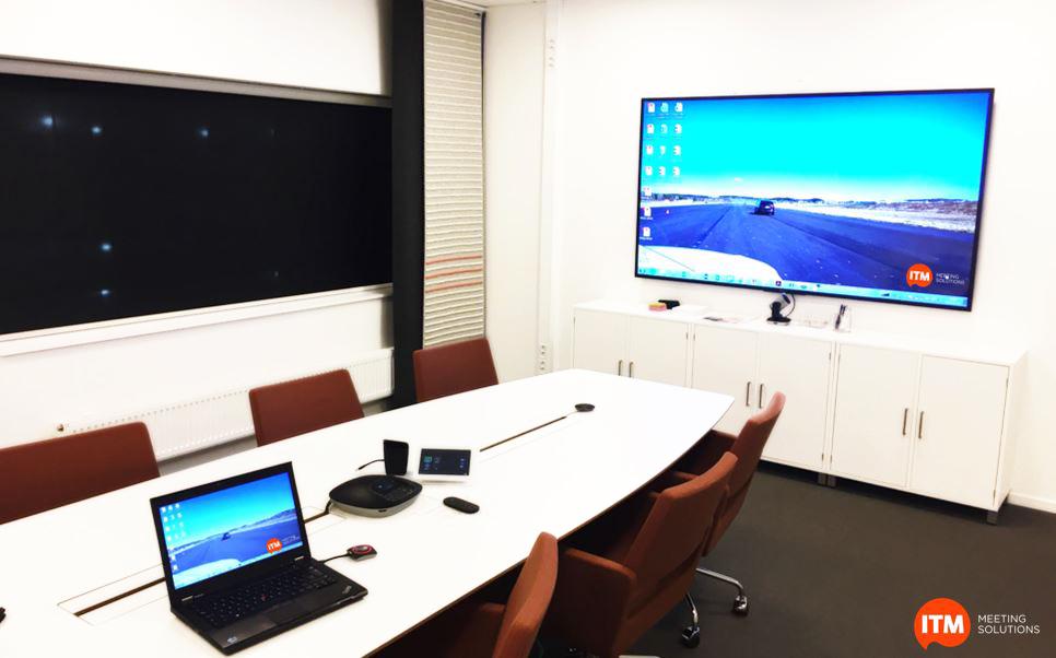 Snyggt och elegant styrelserum. 90 tums monitor i framkant ansluten trådlöst via Clickshare. Skype funktionalitet med kamera under skärmen och ljudenhet på bordet. Bordsbrunnar nedsänkta i bordsskivan och lackade i samma färg som bordet.