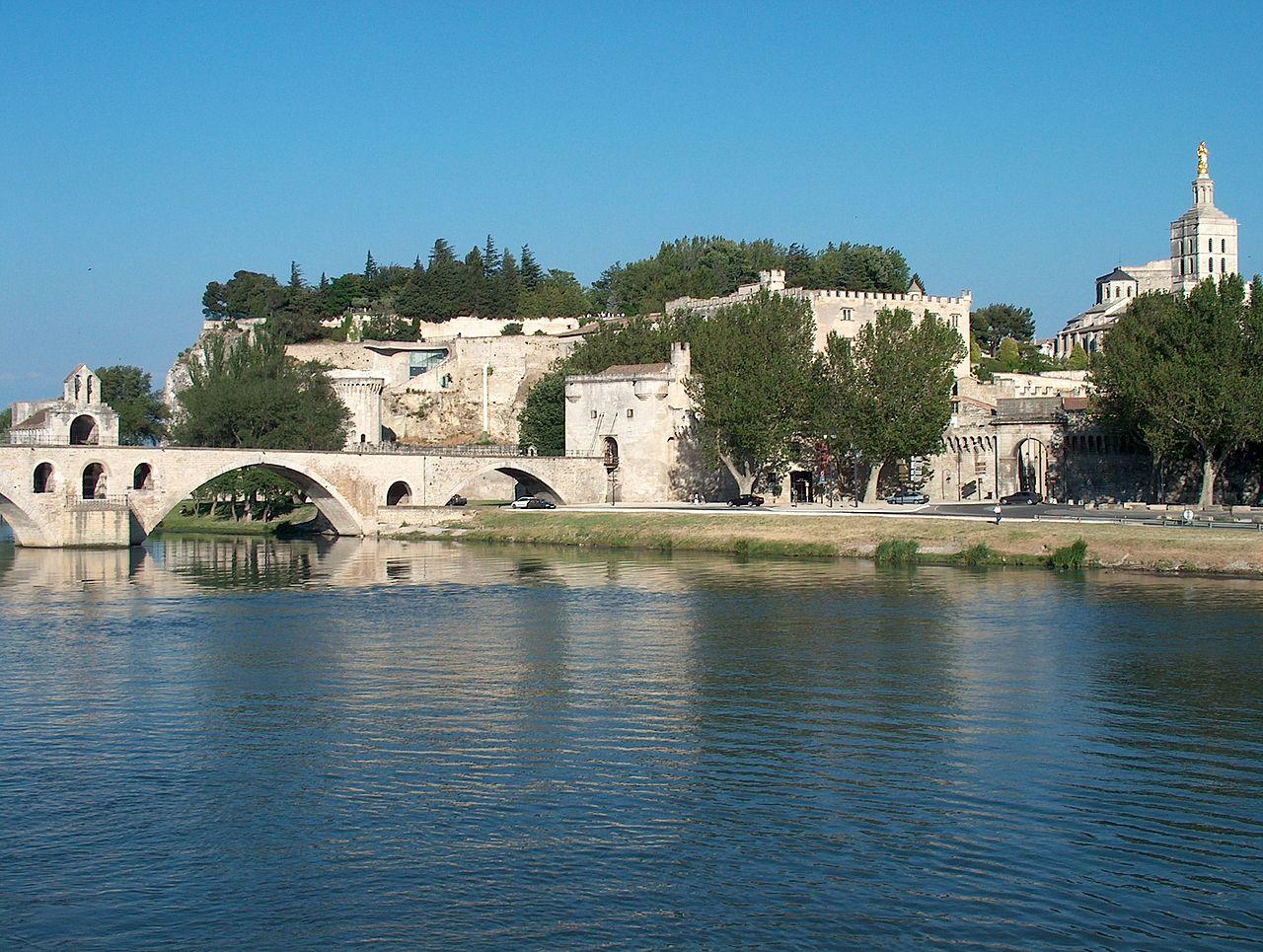 Avignon. den gamla bron och påvepalatset. Foto g. wieschendahl