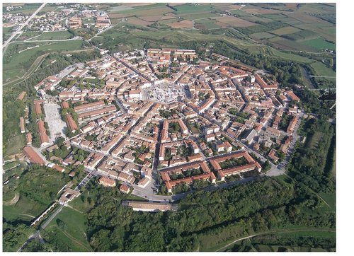 palmanova, staden uppförd som en polygon med 9 hörn.
