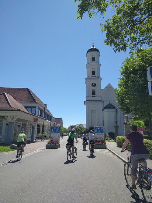 ni cyklar förbi kyrkan i Langenargen ©Marlene Hackl donau t.