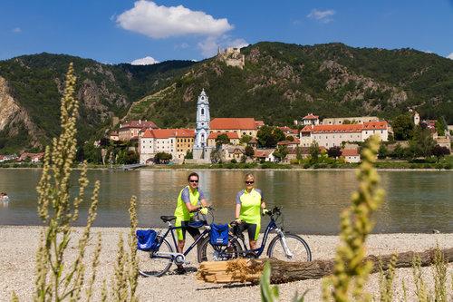 Cykelvägen går förbi den vackra kyrkan i dürnstein
