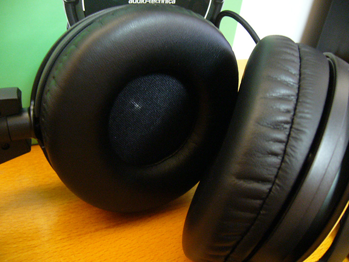 Here you can see the premium, soft ear pads for a comfortable fit.