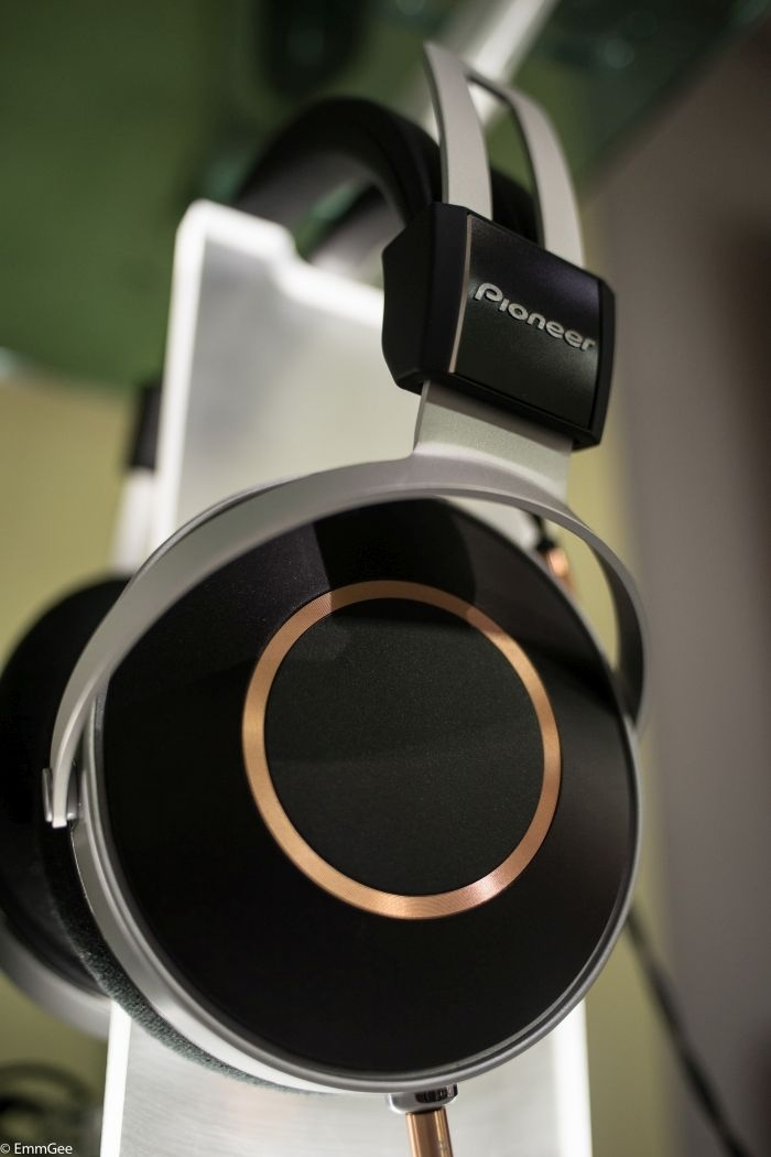- The elegant new Pioneer SE-Monitor 5 headphone.This beautifully constructed headphone exudes quality. The headband adjustment is reassuringly solid. Magnesium alloy and leather!! Lovely.