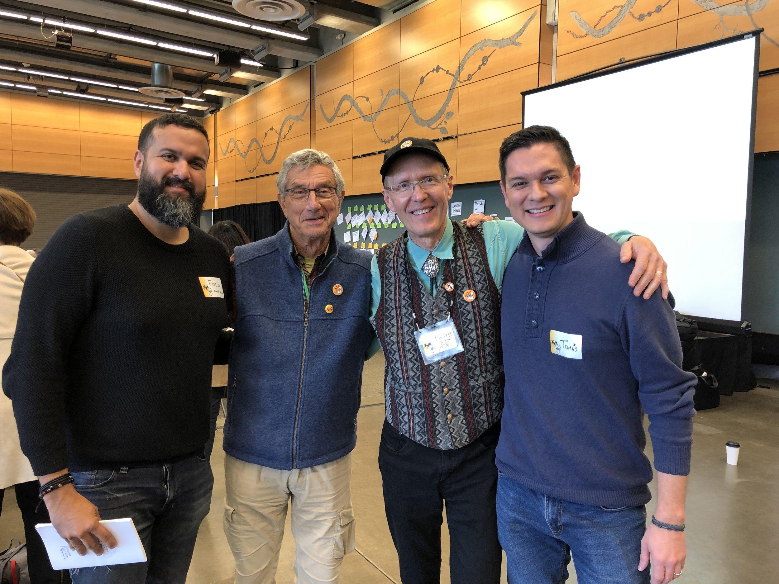 En la foto de izquierda a derecha: Fred Madrigal (sINNplify), Henri Lipmanowicz, Keith McCandless (creadores de las estructuras Liberadoras) y Tomás Rodríguez (sINNplify).