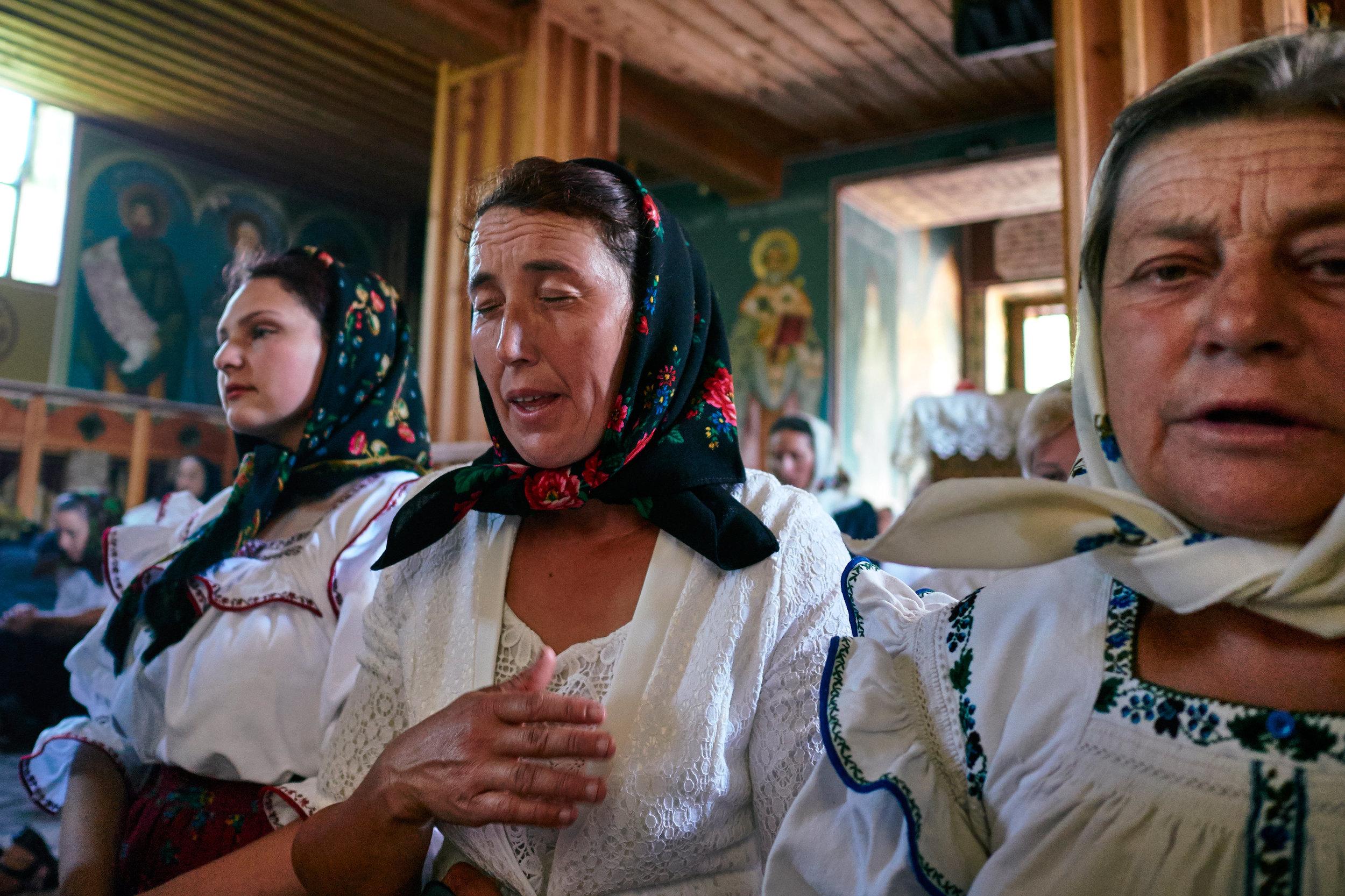 Romania-Maramures-women-in-church