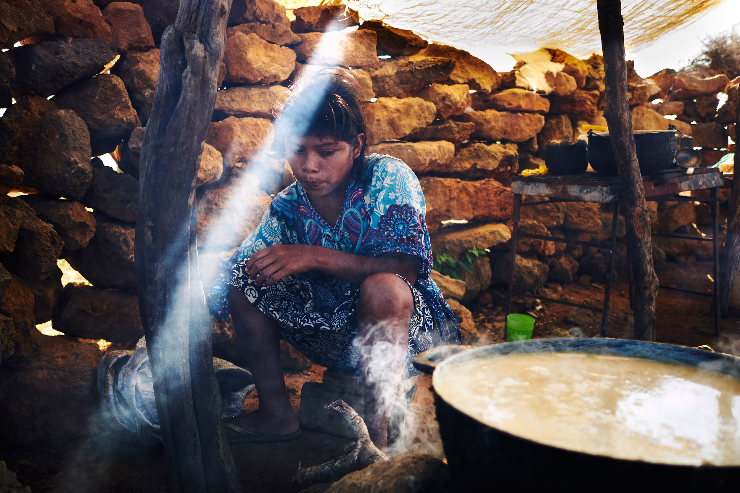 Colombia-La-Punta-Gallina-Wayuu-girl-cooking-fish