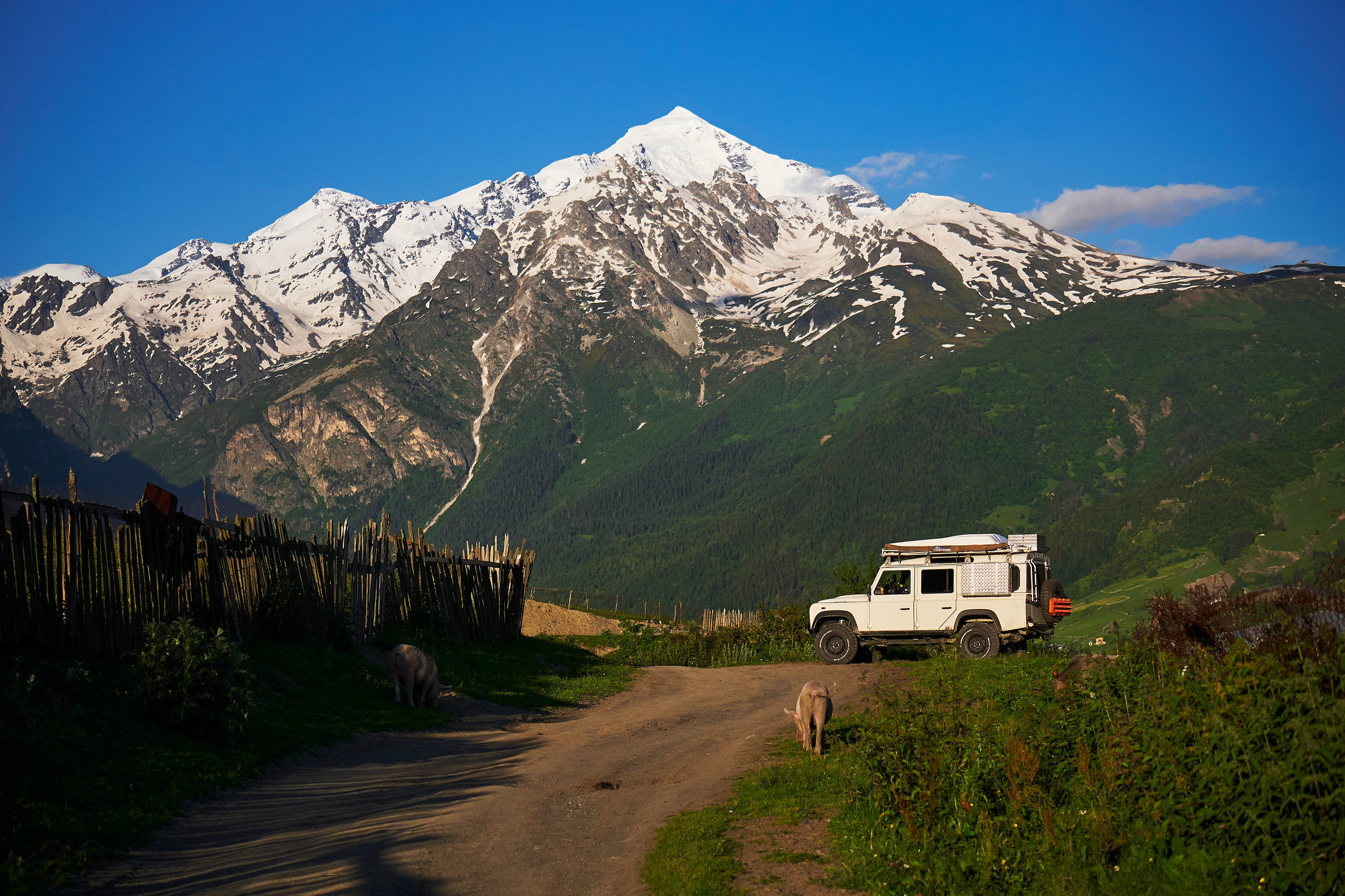 Svaneti-Landrover-in-front-of-mountain