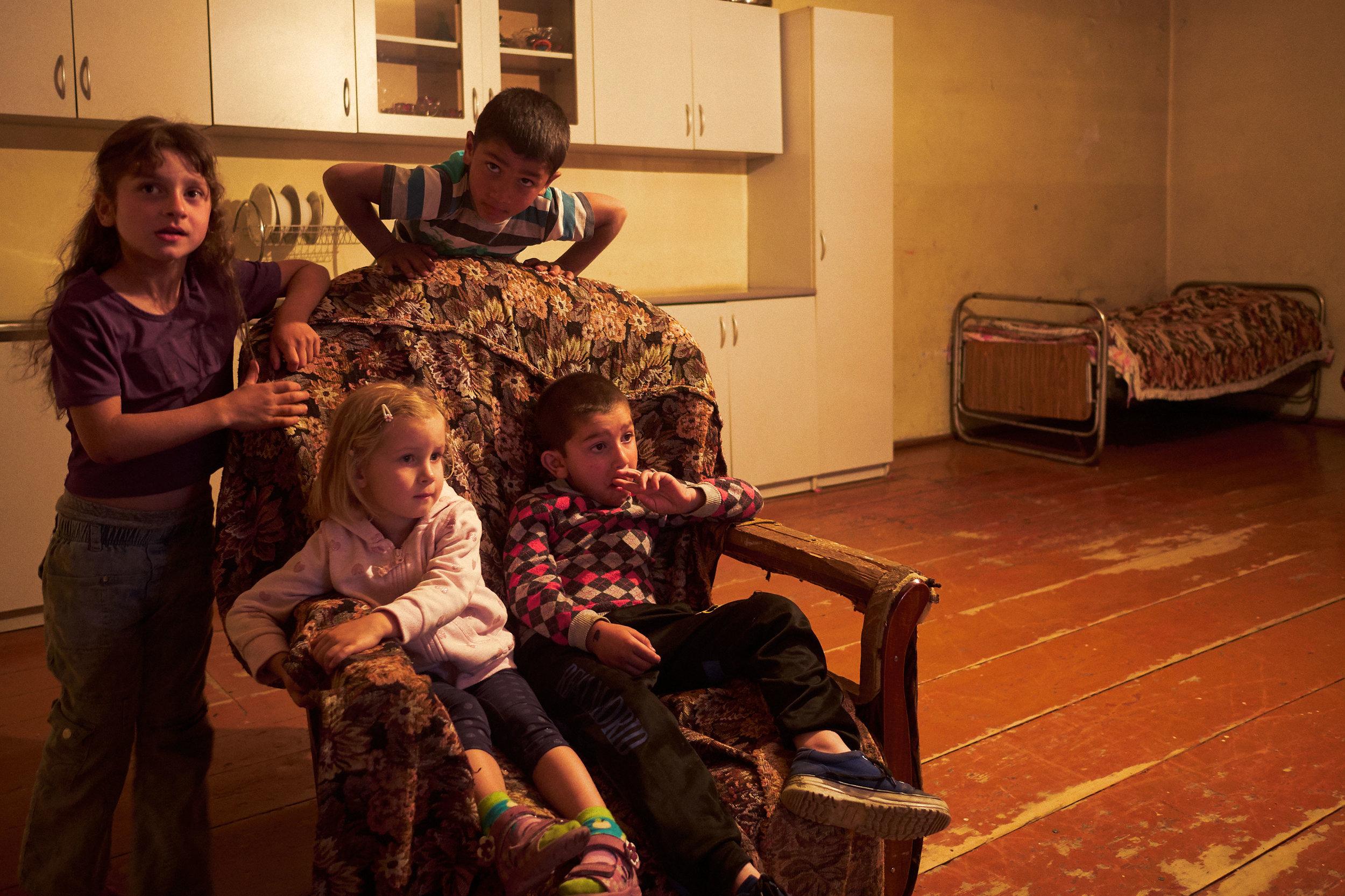 Svaneti-Mia-and-children-watch-TV