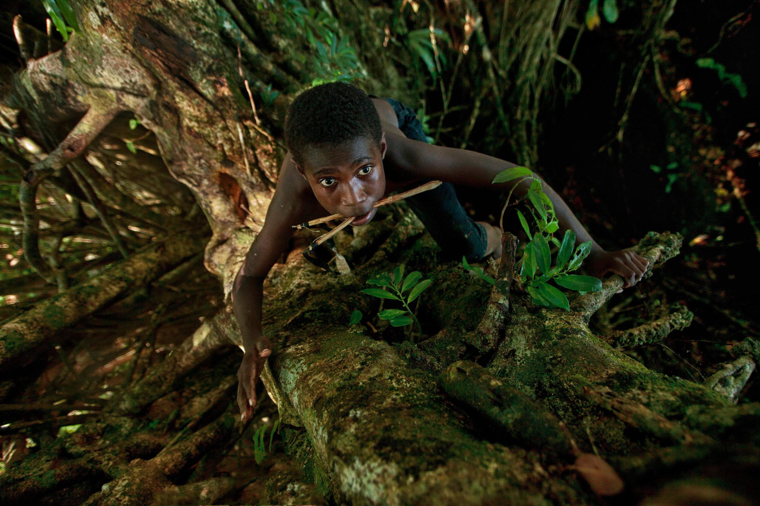 travel-photography-tips-boy-climbs-tree