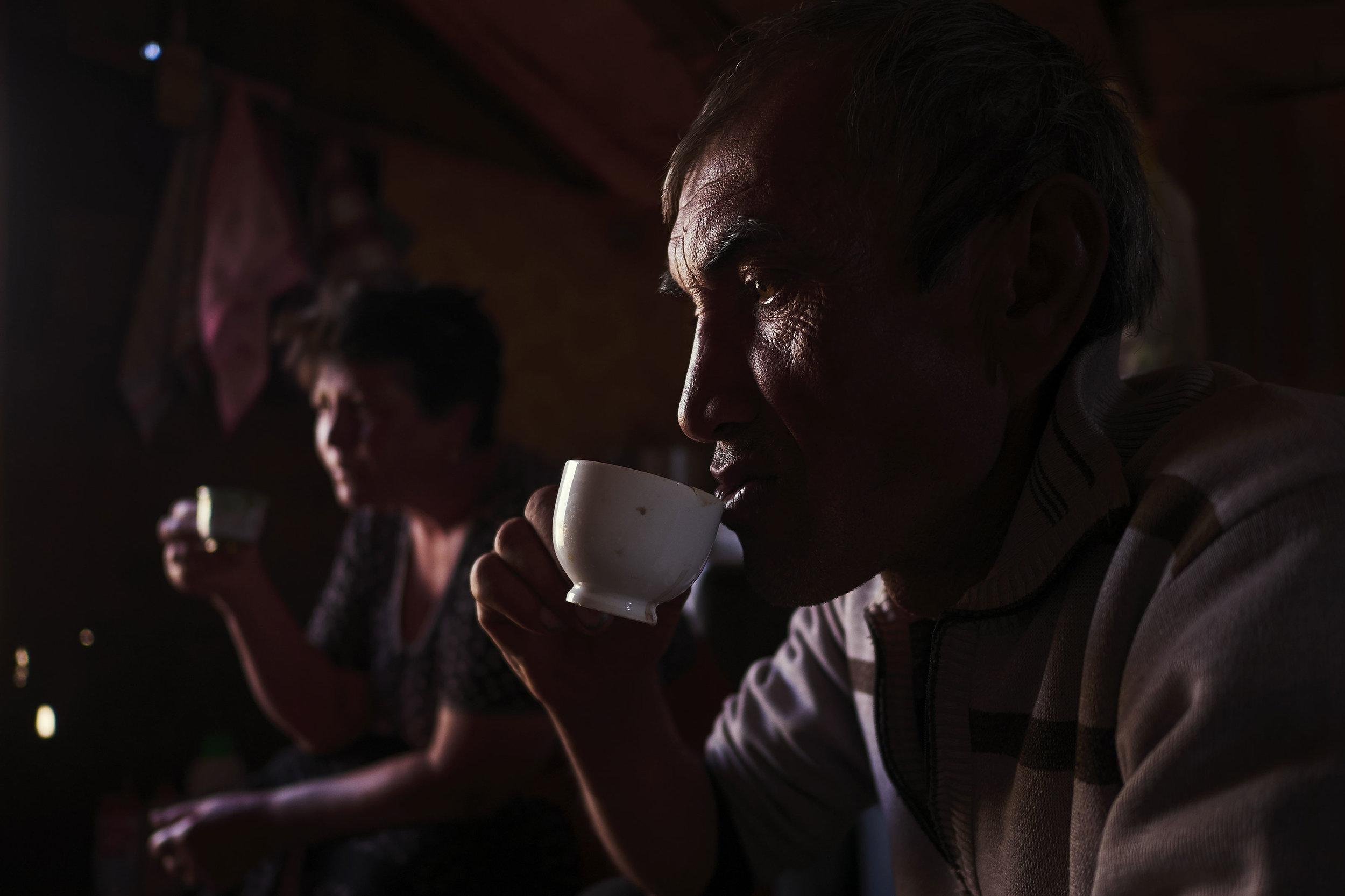Armenia-Vayots-Sar-shepherd-having-coffee
