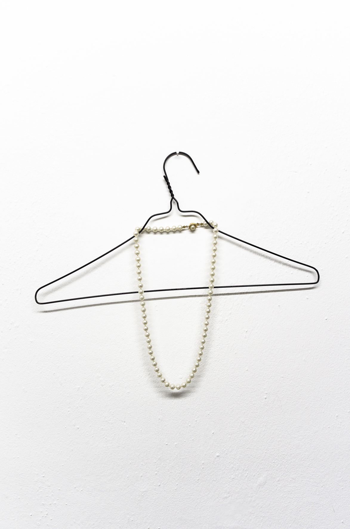 Las horas, 2003, Hanger and necklace, 40 x 35cm