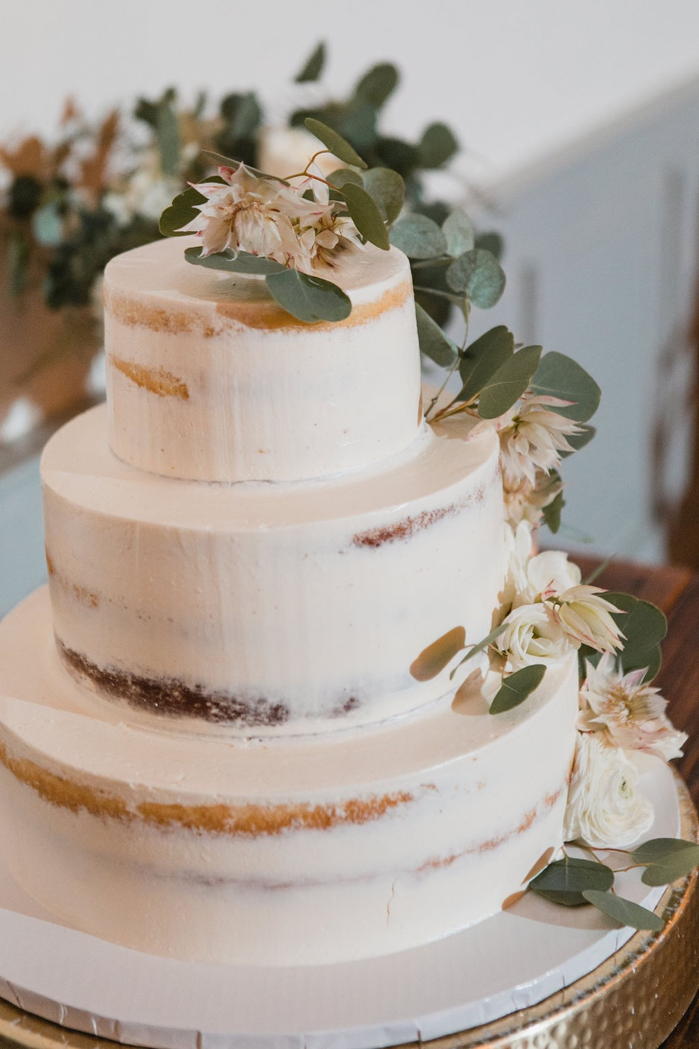 A naked wedding cake in chocolate and vanilla.