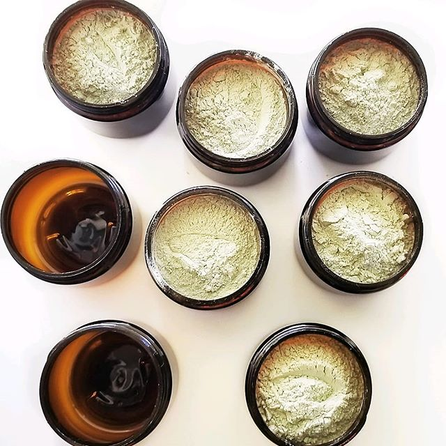 SCROLL RIGHT    to see how the active ingredients in this purifying  clay powder actually work to let your facial skin & scalp breath again. These little jars pack a big punch when it comes to clearing hair and skin from gunk, excess oils and buildup. ⠀ ⠀ #espinache #whyspinach #pure #detox #oilyskin #oilyhair #cleanse #purify #arrowrootpowder #spinach #eucalyptus #essentialoils #essentialoil #naturalremedies #cleanbeauty #natureknows #betterbeauty #beatiful #bblog #beautyblog #beautyblogger #greenbeauty #healthyhair #healthyhair #dryshampoo #mudmaske #facial #facemask #zbesties