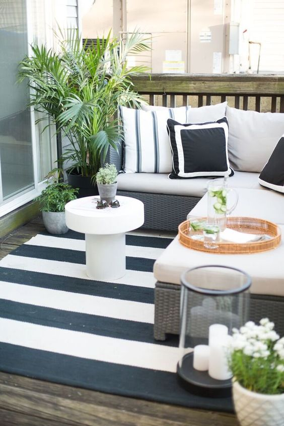 Danielle Moss's (The Everygirl) outdoor patio space.