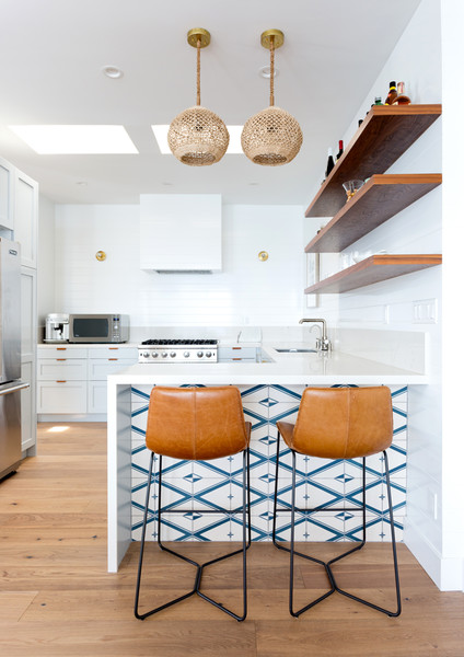 How to choose the right bar stools for your kitchen island or peninsula // leather bar stools, modern white kitchen, open shelving