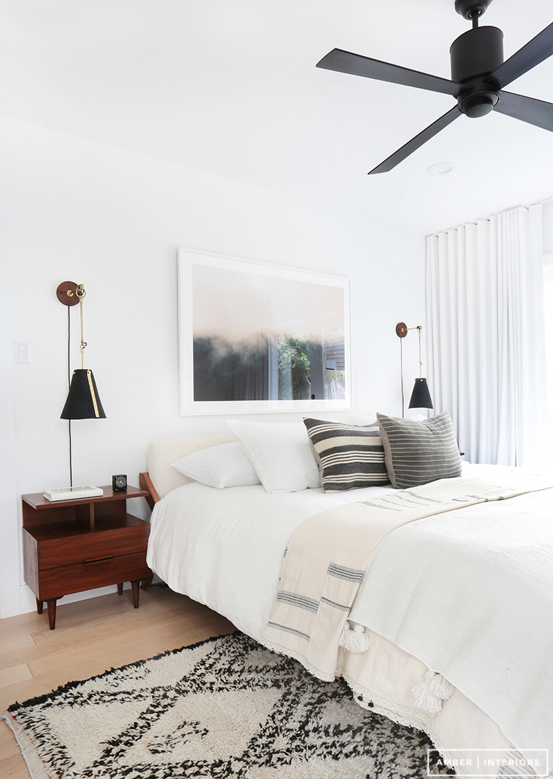 Need a ceiling fan? Don't sacrifice style for function. There are lots of great options out there these days - come read about how to pick the right ceiling fan out. || Modern California style bedroom with ceiling fan
