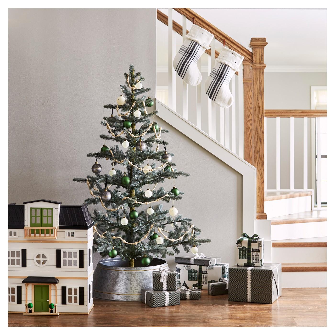 Modern-Farmhouse-Minimalist-Christmas-Tree.jpeg