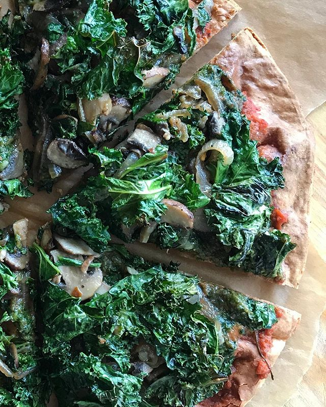 Major circle foods and cauliflower kick over here 😎✌🏼Normally I make the crust but had to try Whole Foods frozen version which has a few too many ingredients but it's damn tasty and holds up to the piling of veggies!! (here if ya can't tell from the ultra too close close up- it's kale, mushrooms and caramelized onion) 💚