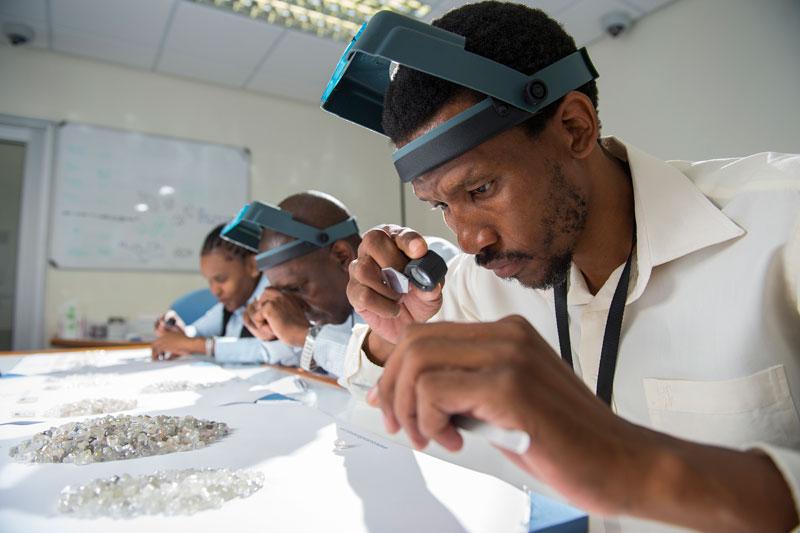 Karowe-diamond-sorting-med.jpg