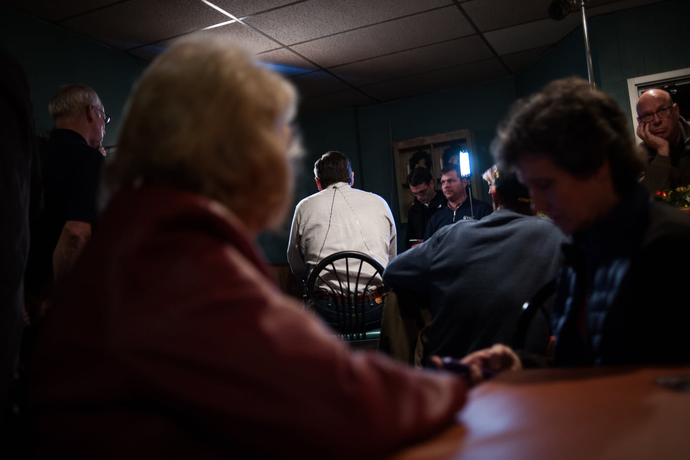 U.S. Republican presidential candidate Ted Cruz does a live television interview with Sean Hannity before a campaign stop at Prime Time Restaurant in Guthrie Center, Iowa January 4, 2016. REUTERS/Mark Kauzlarich